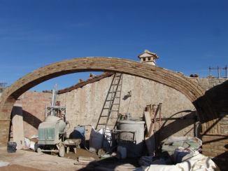 Gran arcada de ladrillo rustico tipo ARCO CARPANEL DE TRES PUNTOS
