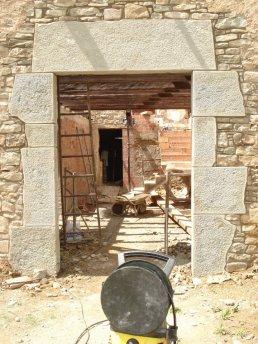Restauración de un portal de piedra rustico